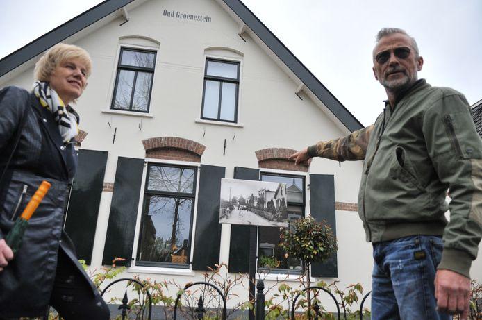 Burgemeester Agnes Schaap en kunstenaar Albert Ziëck bij de opening van de buitenlucht expositie 'Renkum eert zijn oude panden' bij huis Oud Groenesteijn  aan de Kerkstraat