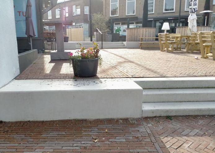 Raadslid Maria Stam: ,,Er zal toch wel iemand zijn die dit terras toegankelijk kan maken voor mindervaliden?''
