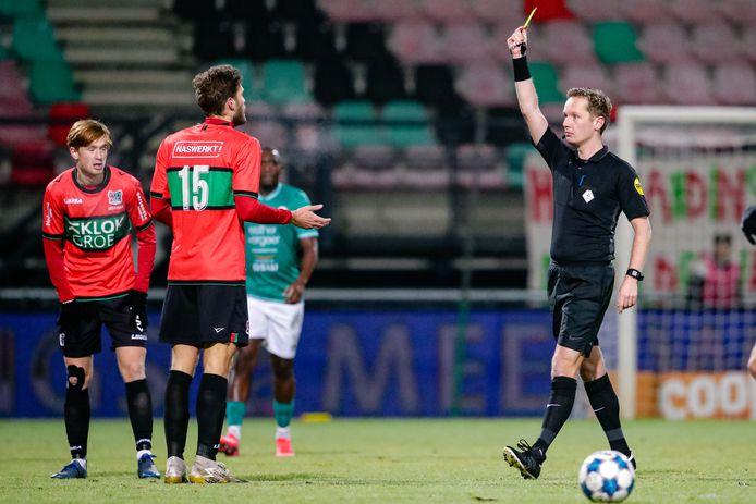 Javier Vet krijgt een gele kaart in het thuisduel van NEC met Dordrecht (3-2), waarin de middenvelder na 87 minuten inviel.