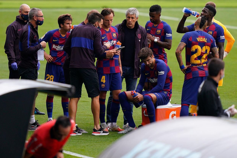 Barcelona-coach Quique Sétien maakt een afwezige indruk tijdens besprekingen. Beeld AFP