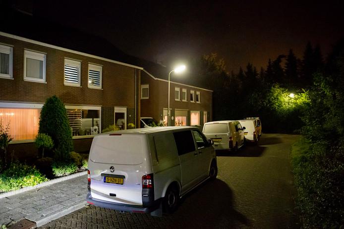 Politie en recherche waren vrijdagnacht nog lang bezig met het onderzoek in de woning in Sint Willebrord.