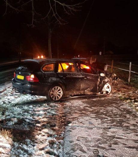 Auto botst op boom langs besneeuwde weg in Kilder