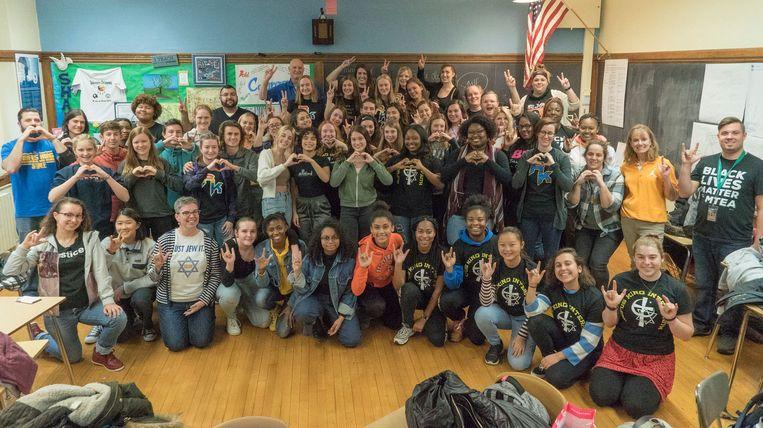 Naar aanleiding van de controversiële foto boven liet de Rufus King International High School in Milwaukee een foto maken met als boodschap liefde en inclusiviteit.  Beeld Joe Brusky/Milwaukee Teachers' Education Association