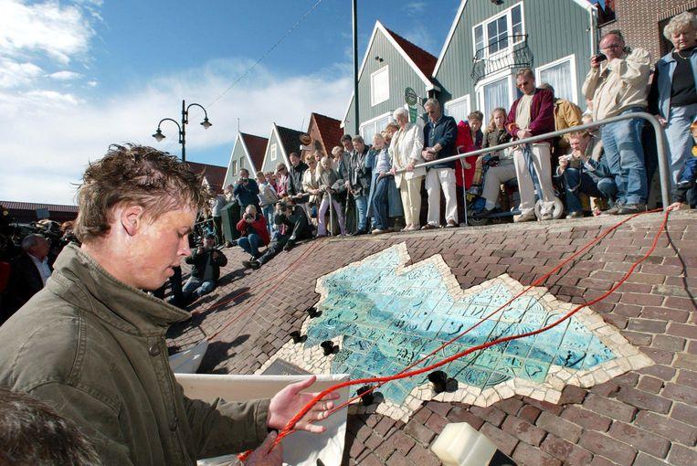Een slachtoffer van de Volendamse cafebrand onthult het monument van de nieuwjaarsbrand. Beeld Hollandse Hoogte /  ANP
