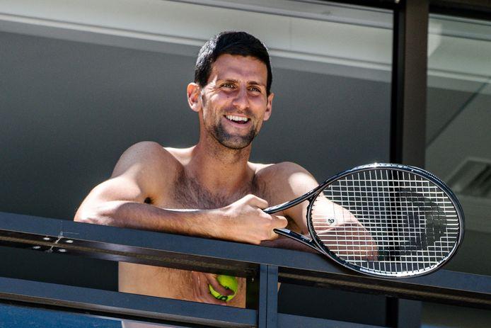 Novak Djokovic op het balkon van zijn hotel in Adelaide.