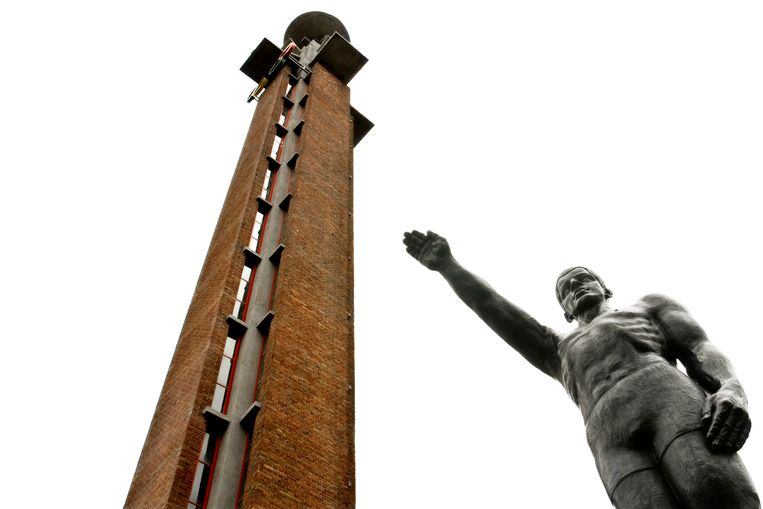 Het bronzen beeld door Gra Rueb van een sporter met een opgeheven rechterarm, krijgt een nieuwe plek in het Olympisch Stadion in Amsterdam. Beeld Hollandse Hoogte/Patrick Post