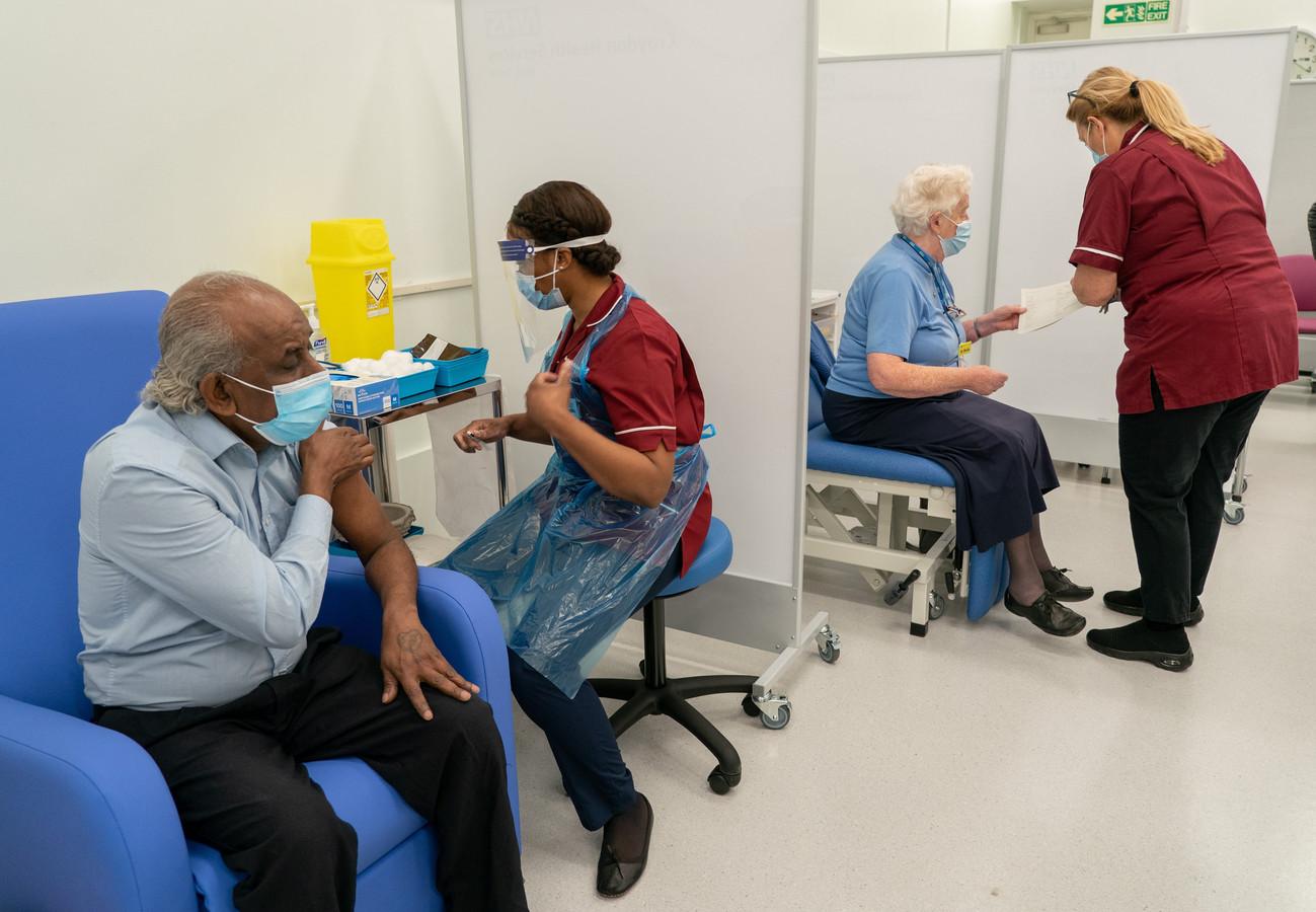 Toediening van het vaccin in het Croydon University Hospital in Londen