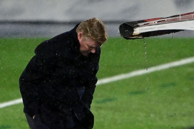 Ronald Koeman in de regen. Beeld AFP