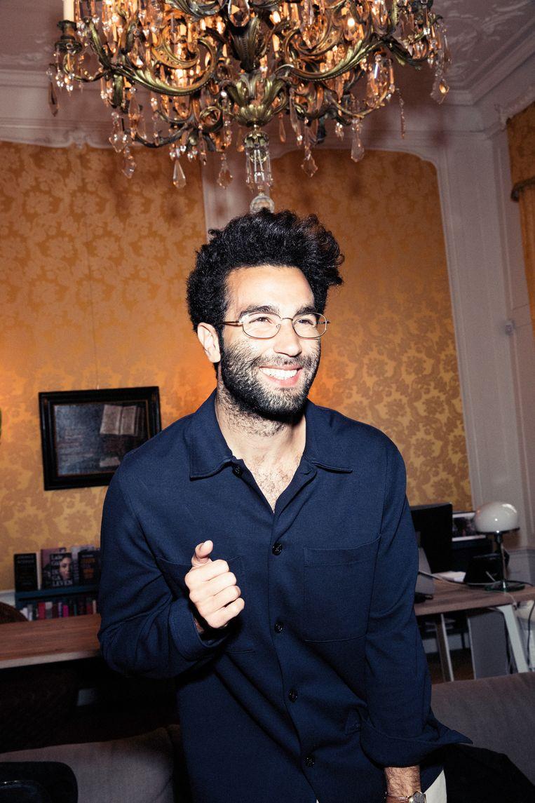 Mano Bouzamour: 'Soms moet je je ouders een beetje opvoeden.' Beeld Linda Stulic