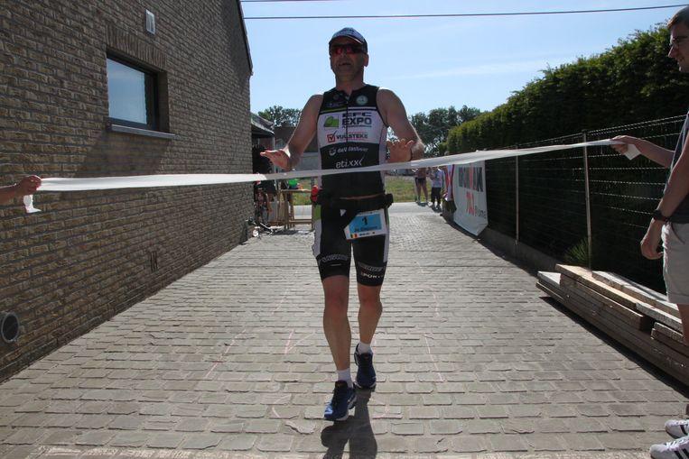 Jo overschrijdt de finish op zijn oprit.