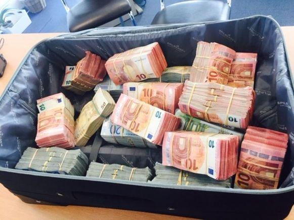 Buit bij een huiszoeking bij de start van het Makreel-onderzoek: 1,2 miljoen euro zomaar te grabbel in de kleerkast.