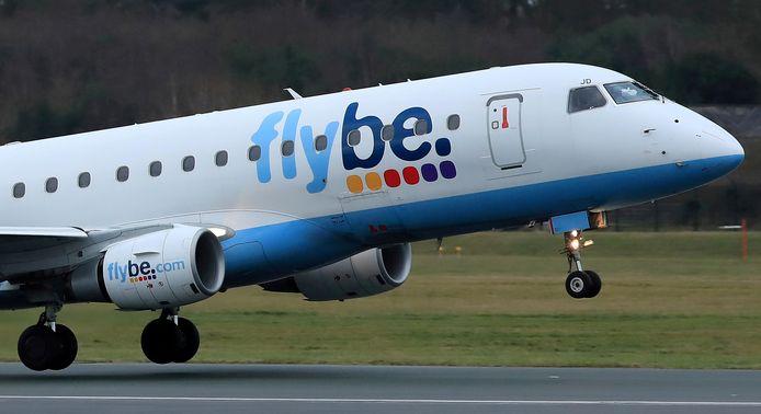 Een toestel van Flybe  stijgt op van de luchthaven van Manchester.