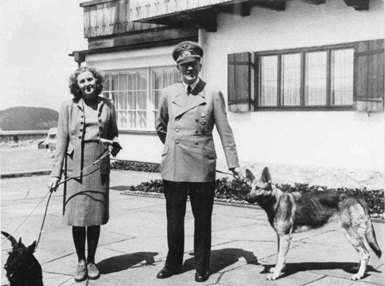 Eva Braun, Adolf Hitler en hun honden in het 'Arendsnest' in Berchtesgaden. Beeld rv