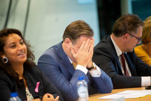 Bart De Wever heeft even een lastig moment, Jinnih Beels (sp.a) glundert.