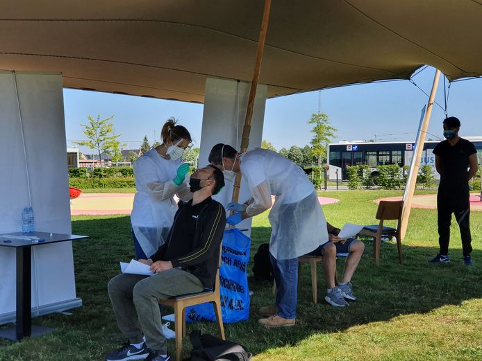 Een week voor de binnensporten weer mogen, organiseerde Sportoase in Hoogstraten een testevent in samenwerking met de ministers van Sport. Iedere deelnemer moest eerst een sneltest ondergaan.