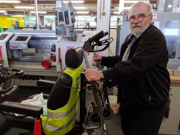 foto repro  Leerlingen van de provinciale secundaire  school Bilzen maken een draagconstructie zodat een looprekje aan scootmobiel kan bevestigd worden. Voor Pierre Slegers, een ALS-patiënt uit Munsterbilzen, maakt het een wereld van verschil. Hij is nu een stuk mobieler.
