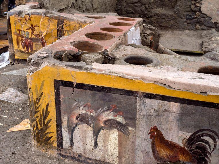 De toonbank van de opgegraven snackbar is goed intact gebleven. Archeologen zijn verrukt over de vondst. Beeld EPA