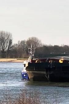 Duwboot vaart met gevaarlijk los anker op de Waal bij Zaltbommel