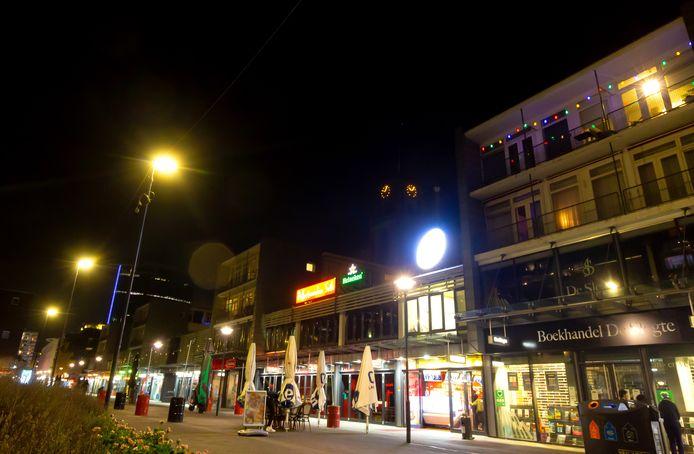 Door de coronamaatregelen bruist het niet zo als anders in Rotterdam. Deze foto is gemaakt kort voordat het kabinet een avondklok instelde voor Nederland.
