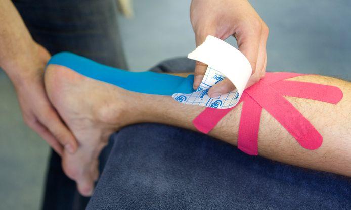 Het intapen van een been bij de fysiotherapeut.