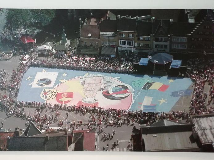 Een beeld van de Grote Markt in Poperinge geeft weer dat de Hoppestad op zijn kop stond toen astronaut Dirk Frimout terugkeerde van zijn ruimtereis.