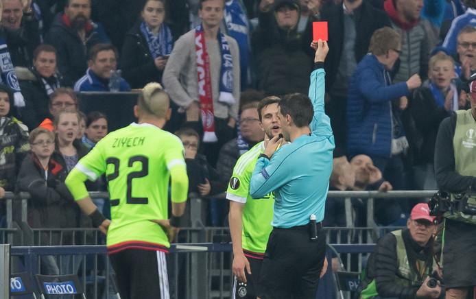 Joël Veltman krijgt rood na zijn tweede gele kaart.