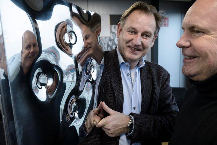 Maarten Kimmel (l) en Harm-Jan Oonk, de directeuren van Omega Thermo Products in Enschede, met een pillow plate.