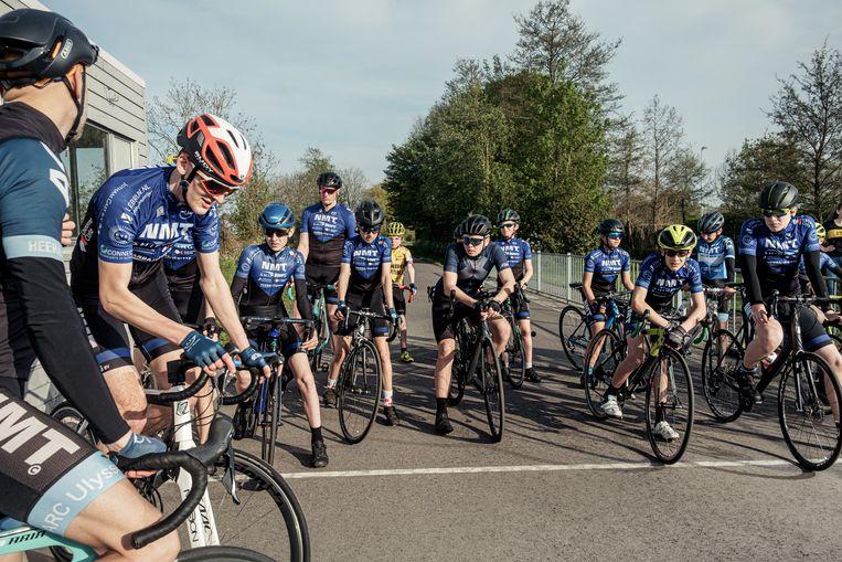 De jeugd van wielerclub Ulysses maakt zich op voor een trainingsrit. Beeld Jakob van Vliet