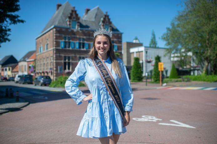 Jana Van den Bossche, hier aan het gemeentehuis in Aartselaar, is terecht trots op haar kroontje en lint van Miss Elegance.