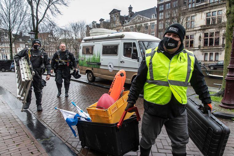 De vrijwilligers van Gevonden-Verloren aan het werk in Amsterdam. Van links af: Martin van Hees, Martijn Hendriks en Stephan van Uden. Beeld Dingena Mol