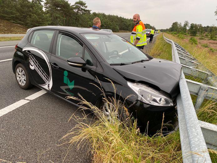 Nadat de bestuurder de macht over het stuur verloor, kwam de auto hard in botsing met de vangrail.