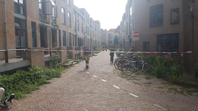 De hulpdiensten hebben de Bursestraat in Deventer afgesloten.