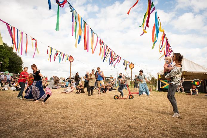 Festivalbezoekers ondergaan een week lang een sterk gemeenschapsgevoel. Ook kinderen krijgen de ruimte.