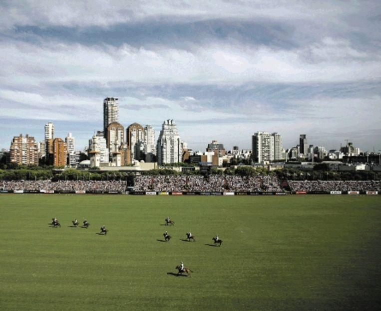 Een polowedstrijd in Buenos Aires, een sport voor de Argentijnse elite. (FOTO AP) Beeld ASSOCIATED PRESS