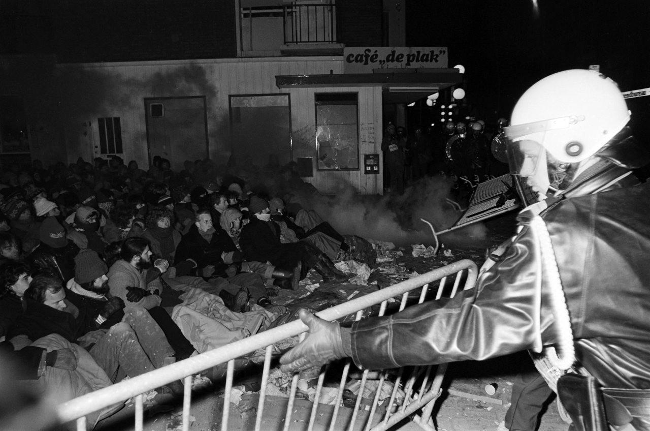 10.000 demonstranten vechten tegen de politiemacht en delven het onderspit, maar de parkeergarage komt er niet aan de Piersonstraat in Nijmegen.