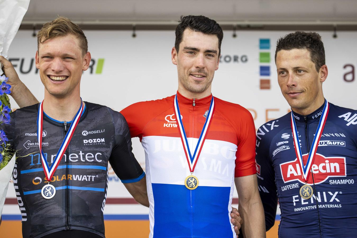 Winnaar Timo Roosen tussen Sjoerd Bax (l) (tweede) en Oscar Riesebeek (derde) tijdens de huldiging van het NK.