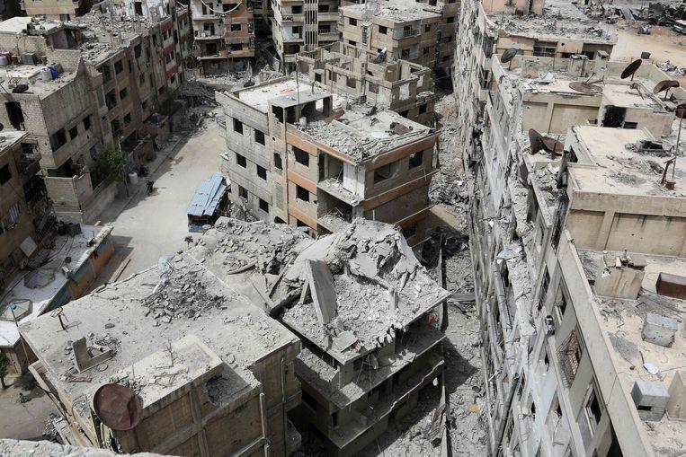 Verwoeste gebouwen in Douma, aan de rand van de Syrische hoofdstad Damascus, in april 2018.  Beeld AFP