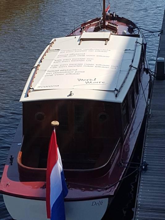 Salonboot Tromp met het gedicht op het dak.