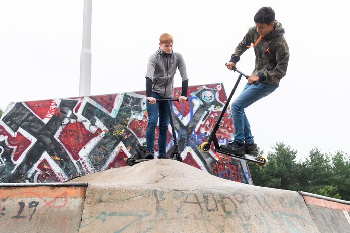 Jeroen Baak (links) en Jelco Chumman op de skatebaan in het Reeshofpark.