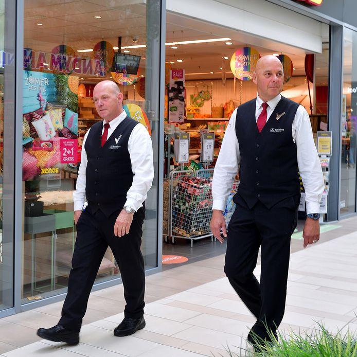 Hans van Ruiten (li) en Guus Louwagie houden alles in de gaten in De Roselaar. Ze werken bij Scorpions Security.