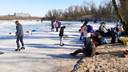 Op de Immerlooplas in Arnhem-Zuid is het zaterdagochtend gezellig druk met schaatsers.