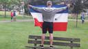 Een demonstrant met de Nederlandse vlag (ondersteboven) in park Oog in Al in Utrecht.