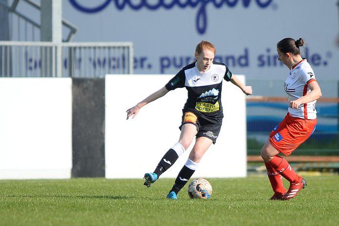 Naomi De Wolf (l.) mocht vorig weekend in de slotfase opdraven tegen haar ex-club Zulte Waregem.