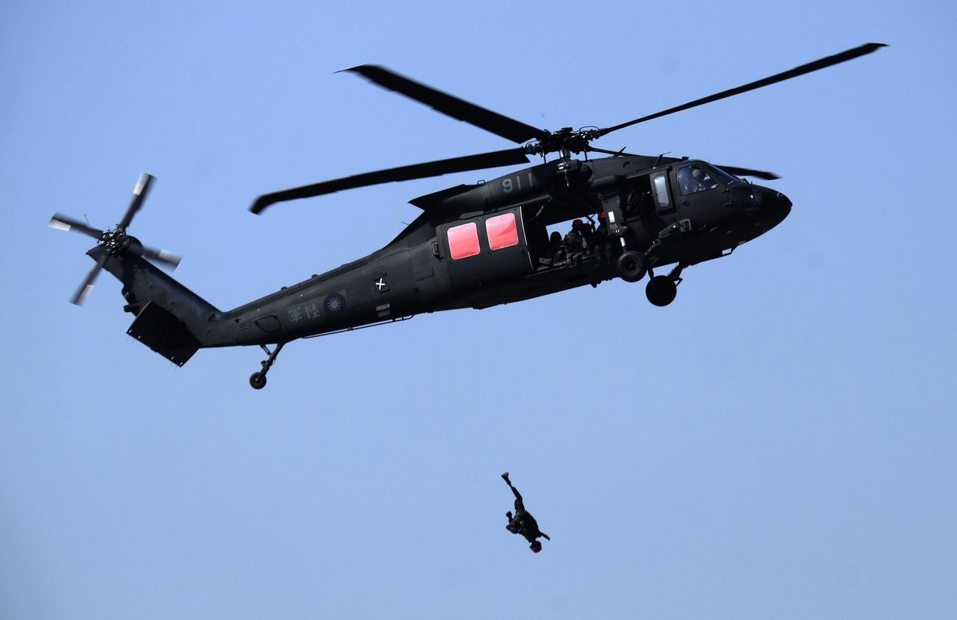 Bij een oefening met een Black Hawk op Taiwan oefenen militairen met een pop. Een Black Hawk van Zweden is een van de bijzondere toestellen die dinsdag landt op vliegbasis Gilze-Rijen voor een internationale oefening voor het redden van piloten in vijandig gebied.