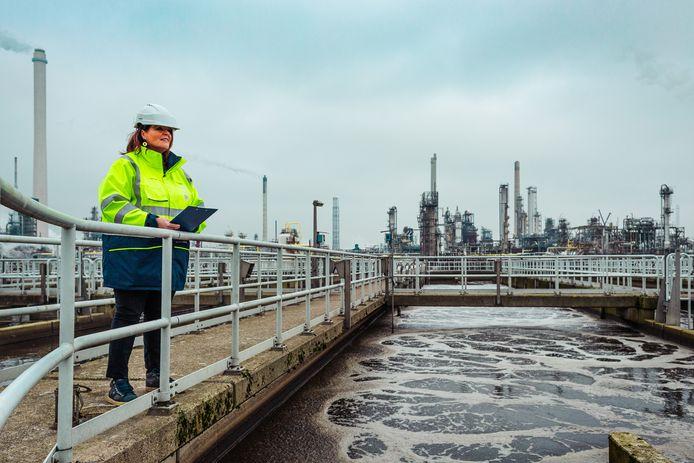 Diana Broers op de waterzuiveringsinstallatie in Hoogvliet.