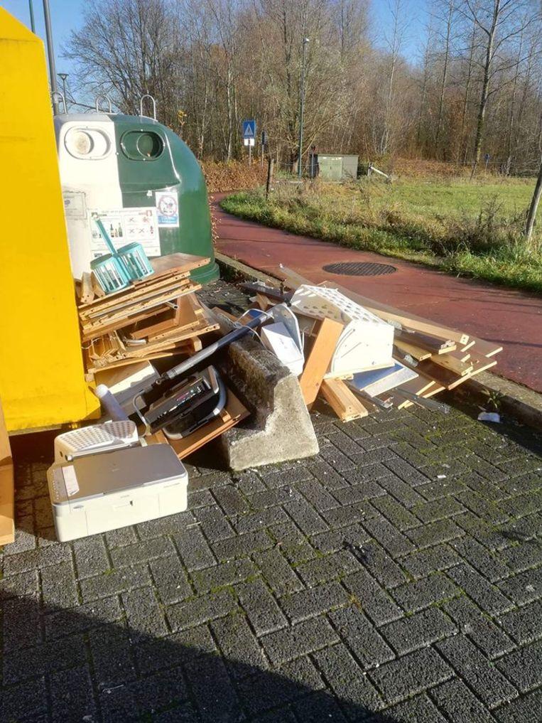 Een sluikstorter liet een grote afvalberg achter aan de Kristus Koninglaan.