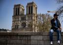 Een man met een mondkapje in de buurt van de Notre-Dame in Parijs.