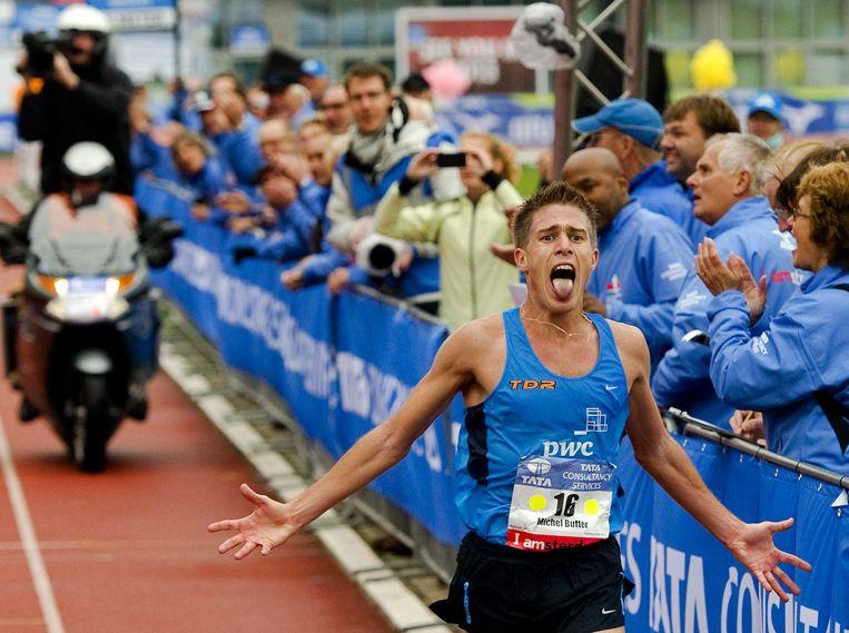 2012-10-21 AMSTERDAM - Nederlander Michel Butter komt over de finish in het Olympisch Stadion tijdens de Marathon van Amsterdam. De Castricummer liep een tijd van 2.09.57 officieus en is daarmee de derde Nederlander. ANP ROBIN VAN LONKHUIJSEN Beeld null
