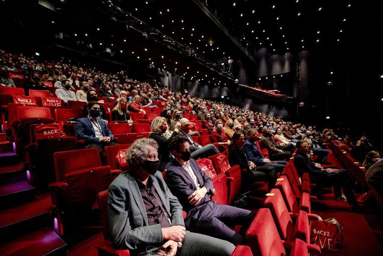 Vijfhonderd mensen in het Beatrixtheater tijdens het eerste proefevenement van Fieldlab. Beeld ANP