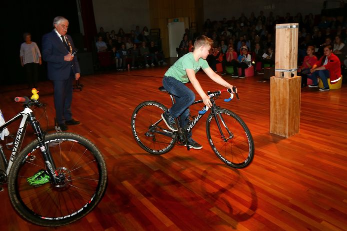 Nederlands Kampioen Mountainbiken Victor Kroesbergen (8) uit Ede en rijdt een ererondje over het podium van Cultura voordat burgemeester van der Knaap hem een pluim overhandigt.